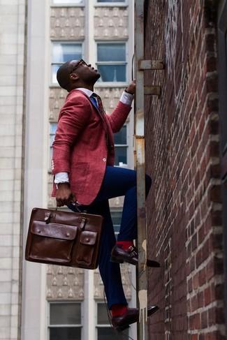 Cómo combinar: blazer rojo, camisa de vestir blanca, pantalón de vestir azul marino, zapatos con doble hebilla de cuero burdeos