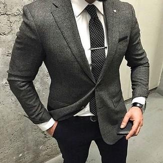 Cómo combinar: blazer de lana de tartán en gris oscuro, camisa de vestir blanca, pantalón de vestir negro, corbata a lunares en negro y blanco