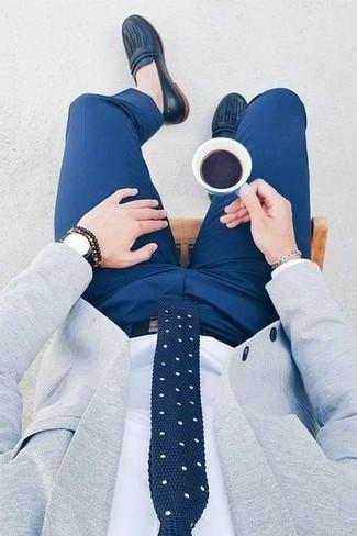 Un mocasín de vestir con un pantalón de vestir azul: Intenta ponerse un blazer gris y un pantalón de vestir azul para una apariencia clásica y elegante. Mocasín son una opción excelente para completar este atuendo.