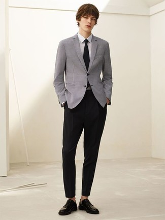 Look de moda: Blazer gris, Camisa de vestir blanca, Pantalón