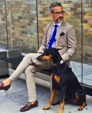 Cómo combinar: blazer en beige, camisa de vestir de rayas verticales azul, pantalón de vestir en beige, mocasín de cuero burdeos