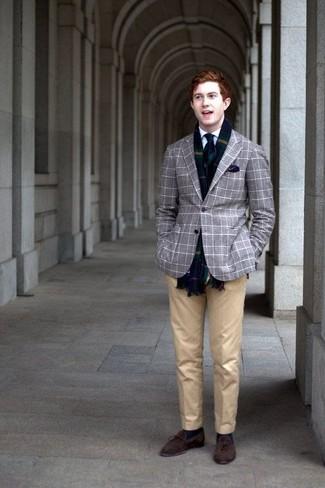 Cómo combinar: blazer de tartán gris, camisa de vestir blanca, pantalón de vestir marrón claro, mocasín con borlas de ante en marrón oscuro