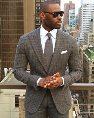 Cómo combinar: blazer de punto gris, camisa de vestir blanca, pantalón de vestir de tartán gris, corbata de punto gris