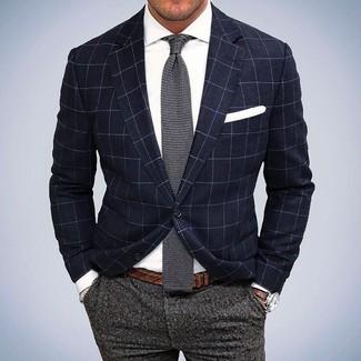 Cómo combinar: blazer a cuadros azul marino, camisa de vestir blanca, pantalón de vestir de lana gris, corbata de punto gris
