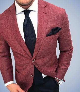 Look de moda: Blazer de lana rojo, Camisa de vestir blanca, Pantalón de vestir negro, Corbata de punto negra