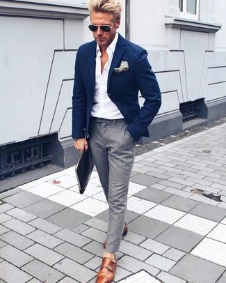 Cómo combinar: blazer azul marino, camisa de vestir blanca, pantalón de vestir gris, zapatos con doble hebilla de cuero en tabaco