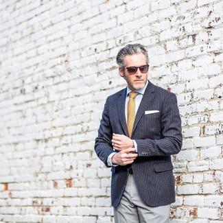 Cómo combinar: blazer de rayas verticales azul marino, camisa de vestir celeste, pantalón de vestir gris, corbata estampada naranja