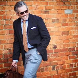 Cómo combinar: blazer de rayas verticales azul marino, camisa de vestir celeste, pantalón de vestir celeste, bolso mensajero de cuero en marrón oscuro