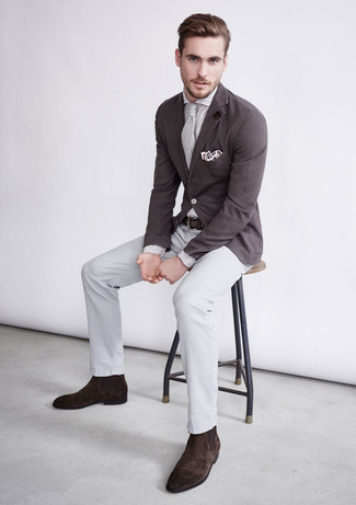 Cómo combinar: blazer en marrón oscuro, camisa de vestir de rayas verticales blanca, pantalón de vestir gris, botines chelsea de ante en marrón oscuro