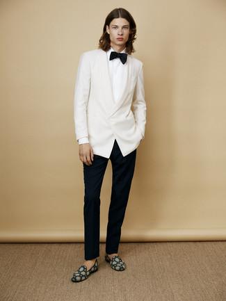 Cómo combinar: blazer blanco, camisa de vestir blanca, pantalón de vestir negro, mocasín de ante en verde azulado