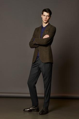 Cómo combinar: blazer de lana a cuadros marrón, camisa de vestir en violeta, pantalón de vestir en gris oscuro, botas formales de cuero en marrón oscuro
