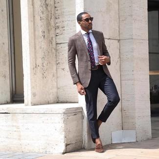 Cómo combinar: blazer marrón, camisa de vestir de rayas verticales blanca, pantalón de vestir negro, mocasín con borlas de ante marrón