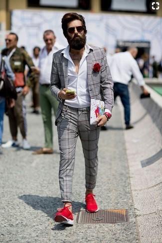 Cómo combinar: blazer de tartán gris, camisa de vestir blanca, pantalón de vestir de tartán gris, deportivas rojas
