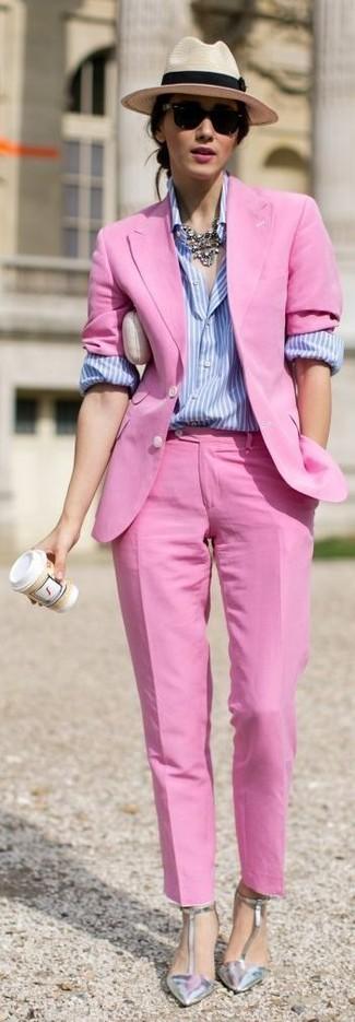 Cómo combinar: blazer rosa, camisa de vestir de rayas verticales celeste, pantalón de vestir rosa, zapatos de tacón de cuero plateados