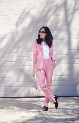 Cómo combinar: blazer rosado, camisa de vestir blanca, pantalón de vestir rosado, tenis de cuero negros