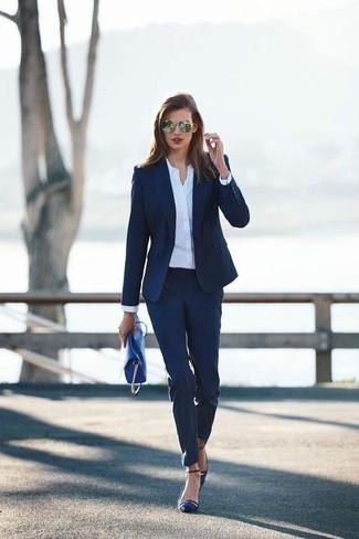Cómo combinar: blazer azul marino, camisa de vestir blanca, pantalón de vestir azul marino, zapatos de tacón de satén azul marino