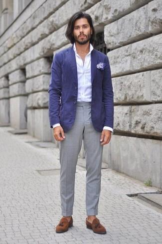 Cómo combinar: blazer de algodón azul, camisa de vestir blanca, pantalón de vestir gris, mocasín con borlas de ante marrón