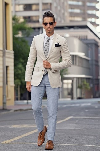 Cómo combinar: blazer en beige, camisa de vestir blanca, pantalón de vestir celeste, zapatos brogue de cuero marrónes