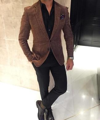 Cómo combinar: blazer de lana marrón, camisa de vestir negra, pantalón de vestir negro, zapatos derby de cuero en marrón oscuro