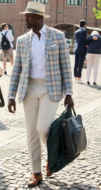Cómo combinar: blazer de lana de tartán celeste, camisa de vestir blanca, pantalón de vestir en beige, mocasín con borlas de cuero en tabaco