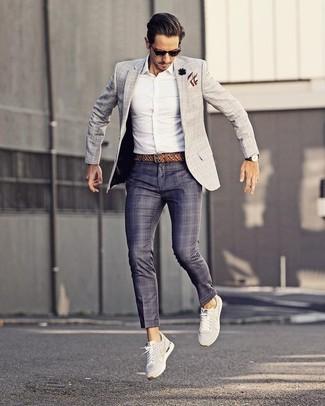 Cómo combinar: blazer a cuadros gris, camisa de vestir blanca, pantalón de vestir de tartán azul marino, tenis blancos