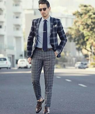 Cómo combinar: blazer de lana de tartán azul marino, camisa de vestir gris, pantalón de vestir de lana de tartán gris, zapatos derby de cuero en marrón oscuro