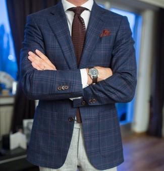 Cómo combinar: blazer de lana de tartán azul marino, camisa de vestir blanca, pantalón de vestir de lana gris, corbata de punto en marrón oscuro