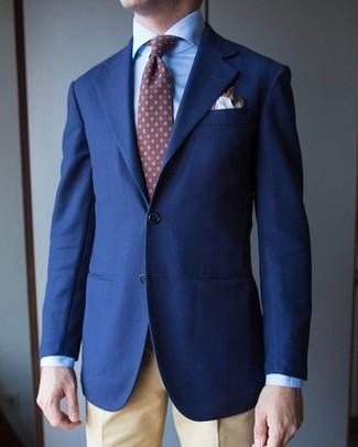 Cómo combinar: blazer azul marino, camisa de vestir celeste, pantalón de vestir marrón claro, corbata estampada marrón