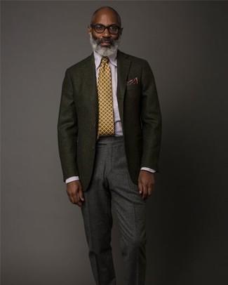 Cómo combinar: blazer de lana negro, camisa de vestir violeta claro, pantalón de vestir de lana en gris oscuro, corbata mostaza