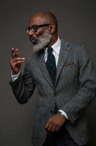 Cómo combinar: blazer de lana de espiguilla gris, camisa de vestir blanca, pantalón de vestir de lana negro, corbata de lana a lunares verde oscuro