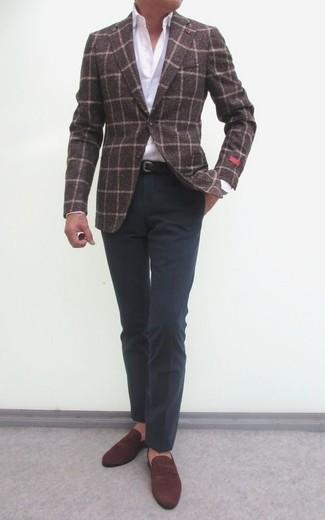 Cómo combinar: blazer de lana a cuadros en marrón oscuro, camisa de vestir blanca, pantalón de vestir en gris oscuro, mocasín de ante marrón