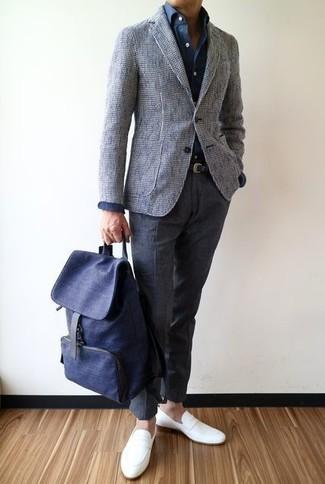 Emparejar un blazer de tweed gris junto a un pantalón de vestir de lana gris oscuro es una opción atractiva para una apariencia clásica y refinada. Si no quieres vestir totalmente formal, opta por un par de mocasín de cuero blanco.