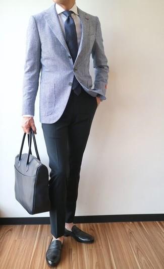 Cómo combinar: blazer de lana celeste, camisa de vestir blanca, pantalón de vestir negro, mocasín de cuero negro