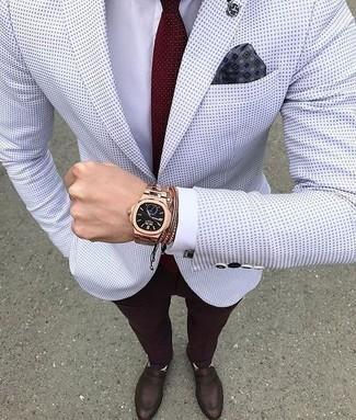 Cómo combinar: blazer a lunares blanco, camisa de vestir blanca, pantalón de vestir burdeos, mocasín de cuero en marrón oscuro