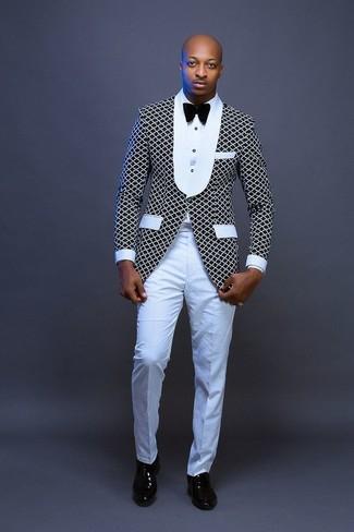 Cómo combinar: blazer en negro y blanco, camisa de vestir blanca, pantalón de vestir blanco, zapatos oxford de cuero negros