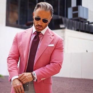 Cómo combinar: blazer rosa, camisa de vestir de rayas verticales rosa, pantalón de vestir gris, corbata a lunares burdeos