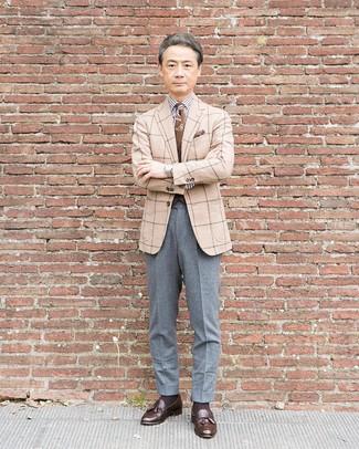 Cómo combinar: blazer de lana a cuadros en beige, camisa de vestir de rayas verticales en blanco y negro, pantalón de vestir de lana gris, mocasín con borlas de cuero en marrón oscuro