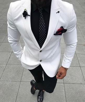 Cómo combinar: blazer blanco, camisa de vestir negra, pantalón de vestir negro, zapatos con doble hebilla de cuero negros