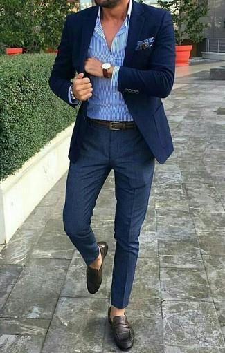 Cómo combinar: blazer azul marino, camisa de vestir de rayas verticales en blanco y azul, pantalón de vestir azul marino, mocasín de cuero en marrón oscuro