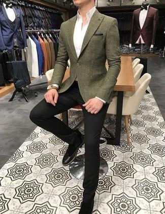 Cómo combinar: blazer verde oliva, camisa de vestir blanca, pantalón de vestir negro, botines chelsea de ante negros