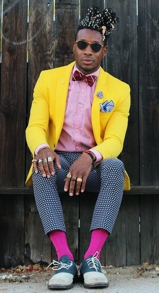 Cómo combinar: blazer amarillo, camisa de vestir de rayas verticales en blanco y rojo, pantalón de vestir a lunares en azul marino y blanco, zapatos oxford de ante azul marino