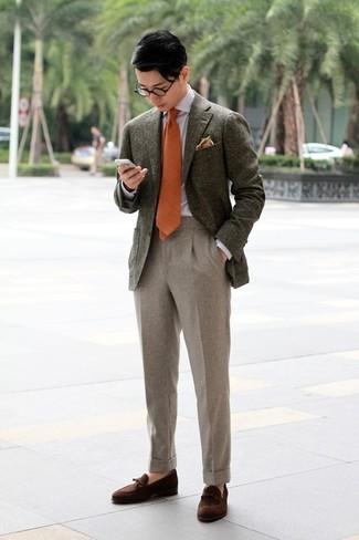 Cómo combinar: blazer de lana verde oliva, camisa de vestir gris, pantalón de vestir de lana en beige, mocasín con borlas de ante en marrón oscuro