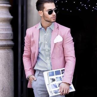 Cómo combinar: blazer rosado, camisa de vestir de rayas verticales en blanco y azul marino, pantalón de vestir gris, pañuelo de bolsillo blanco