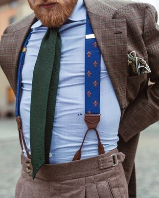 Cómo combinar: blazer de tartán marrón, camisa de vestir celeste, pantalón de vestir de lana marrón, corbata de punto verde oscuro