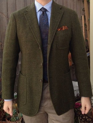 Cómo combinar: blazer de lana verde oliva, camisa de vestir celeste, pantalón de vestir marrón claro, corbata de paisley azul marino