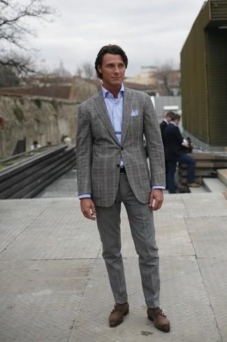 Cómo combinar: blazer de tartán gris, camisa de vestir celeste, pantalón de vestir de lana gris, zapatos con doble hebilla de ante en gris oscuro