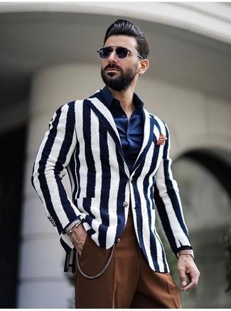 Cómo combinar un pañuelo de bolsillo naranja: Considera emparejar un blazer de rayas verticales en blanco y azul marino con un pañuelo de bolsillo naranja para un look agradable de fin de semana.