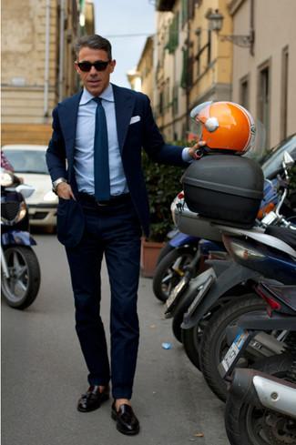 Emparejar un blazer azul marino junto a un pantalón de vestir azul marino es una opción muy buena para una apariencia clásica y refinada. Mocasín con borlas de cuero negro darán un toque desenfadado al conjunto.