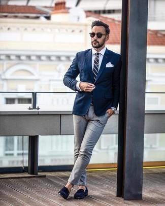 Cómo combinar: blazer azul marino, camisa de vestir blanca, pantalón de vestir gris, mocasín de ante azul marino