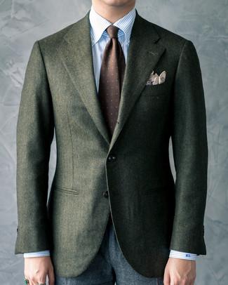 Cómo combinar: blazer de lana verde oscuro, camisa de vestir de rayas verticales celeste, pantalón de vestir de lana en gris oscuro, corbata estampada en marrón oscuro